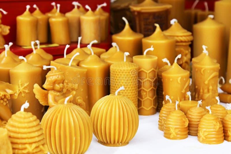 在圣诞节市场上的蜂蜡蜡烛 库存照片