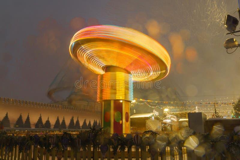 在圣诞节市场上的转盘在红场在莫斯科; 库存图片