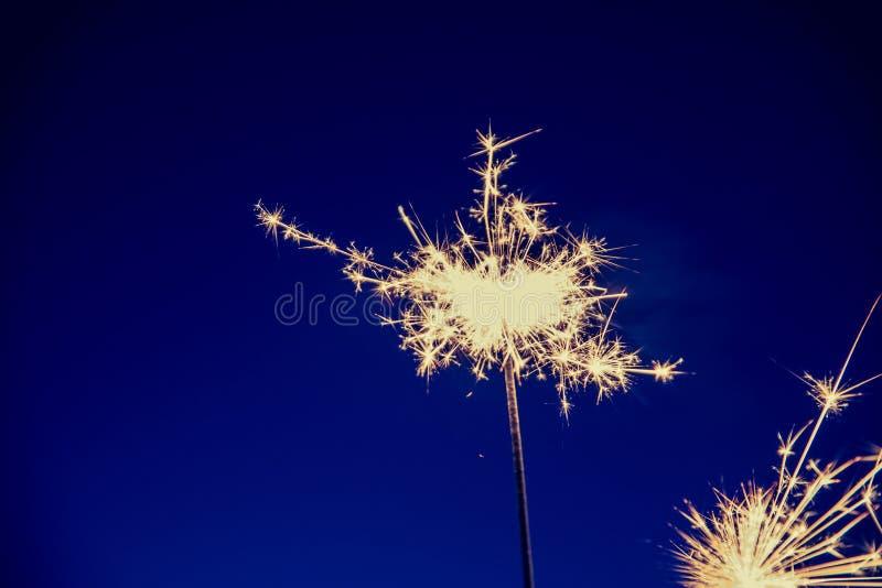 在圣诞节打过工和除夕的闪烁发光物 图库摄影