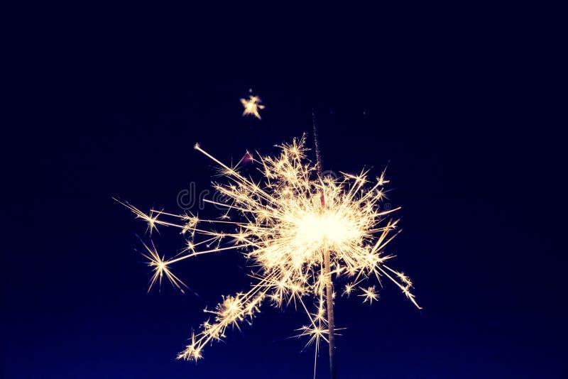 在圣诞节打过工和除夕的闪烁发光物 免版税图库摄影
