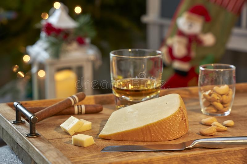 在圣诞节打过工的熏制的荷兰扁圆形干酪 库存照片