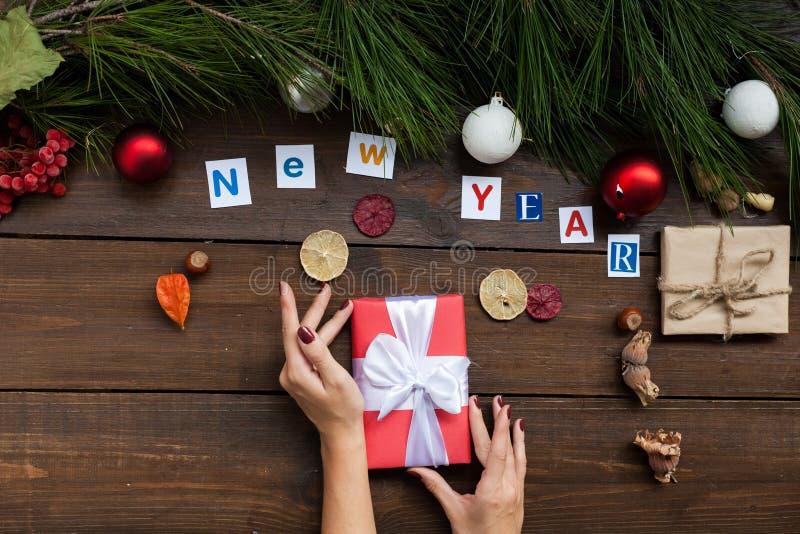 在圣诞节新年背景的题字与圣诞树和礼物 图库摄影