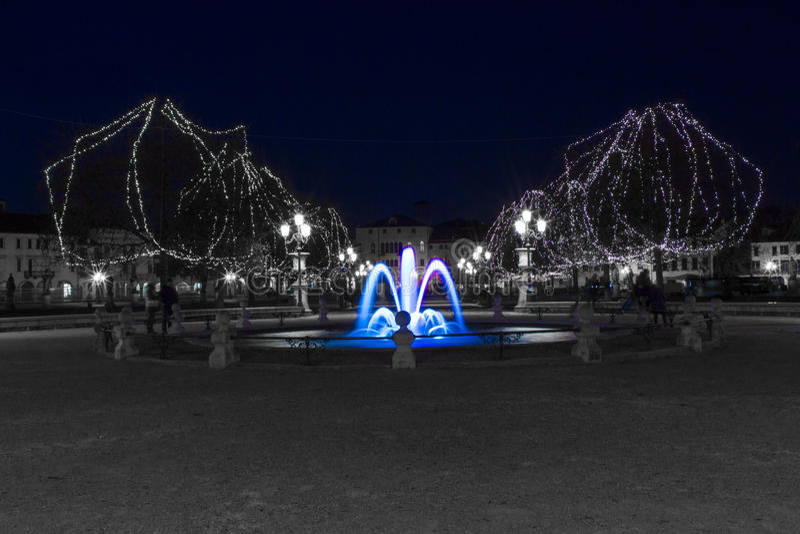 在圣诞节时间的一个蓝色喷泉 库存照片