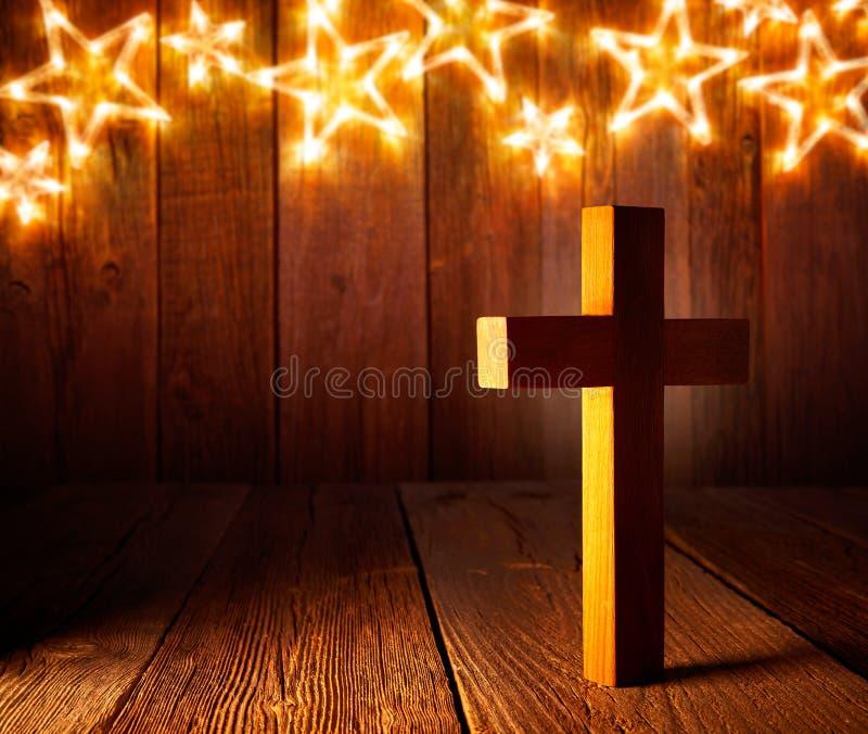 在圣诞节星的基督徒木十字架 免版税库存照片
