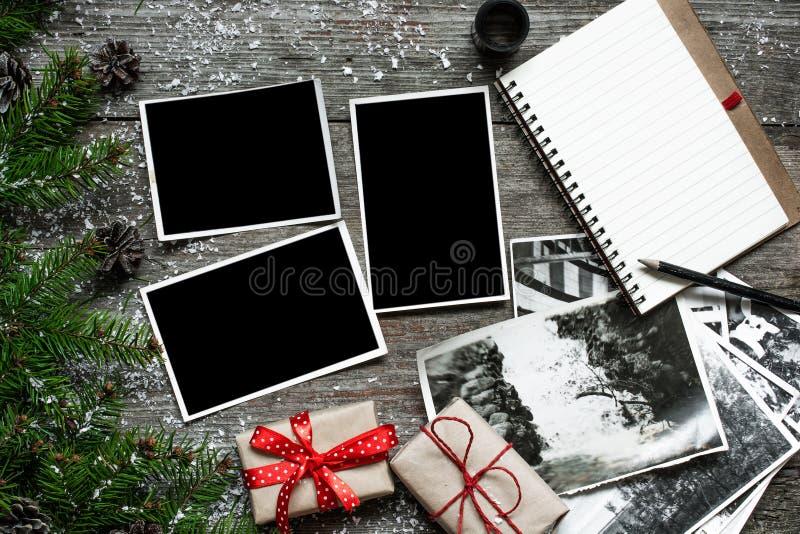 在圣诞节木背景的空白的照片框架 免版税图库摄影