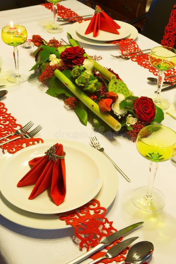 在圣诞节桌上的花的布置 免版税库存图片