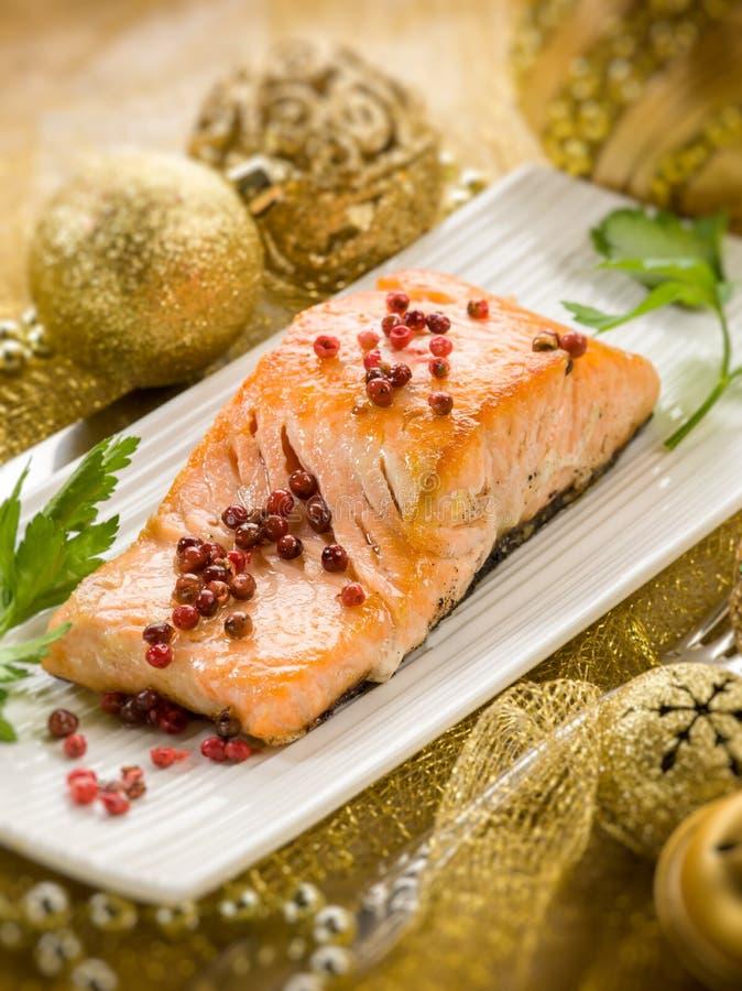 在圣诞节桌的烤三文鱼 免版税库存图片