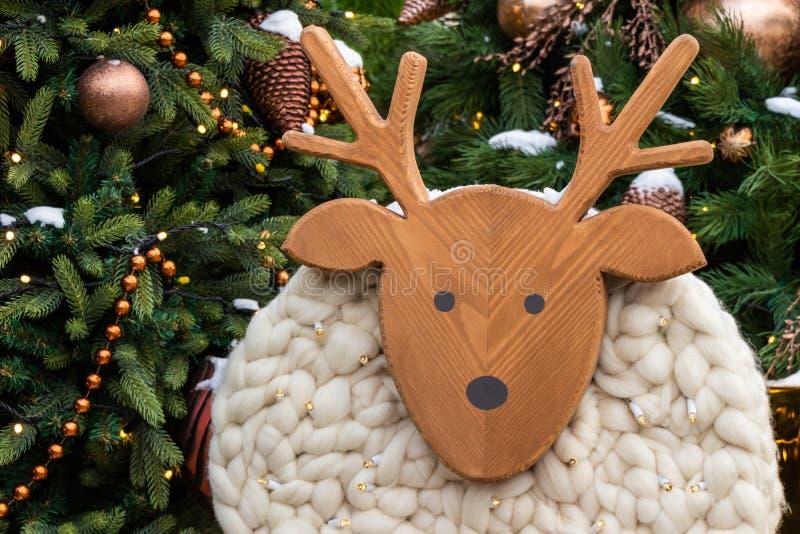 在圣诞节玩具特写镜头的绵羊在圣诞树附近 圣诞卡片,金黄发光的球,与玩具的绿色云杉 圣诞节 库存图片
