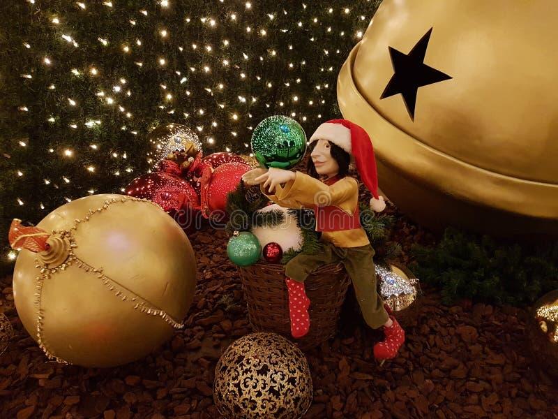 在圣诞节球的圣诞节矮子 免版税库存照片