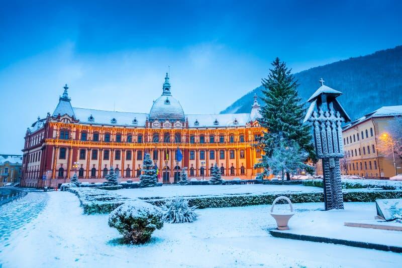 在圣诞节的公开专区大厦,布拉索夫-罗马尼亚 库存图片