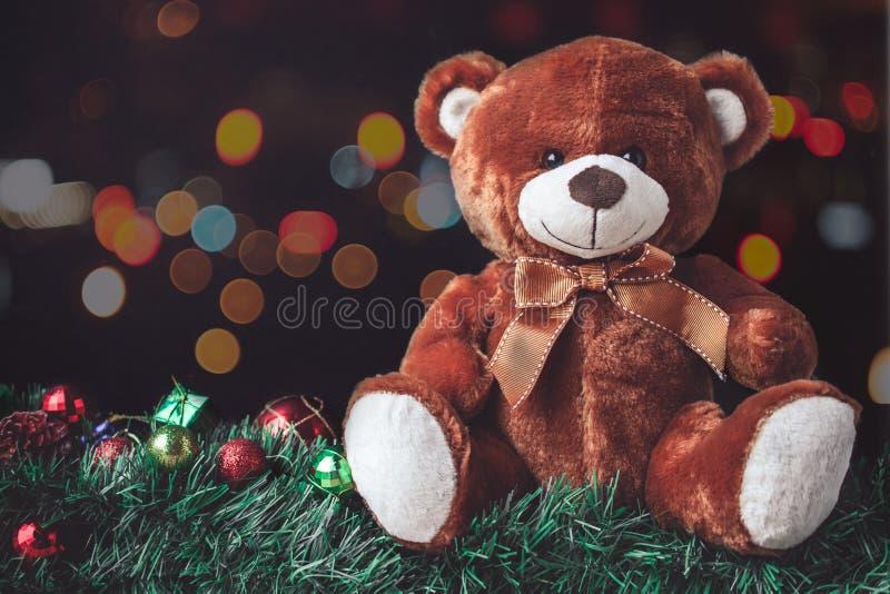 在圣诞节的玩具熊与球和在迷离Backgroun的礼物盒 免版税库存照片