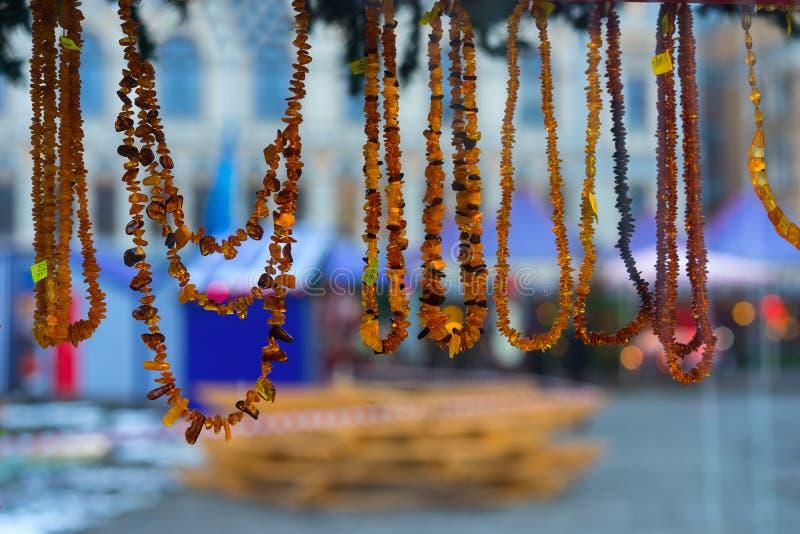 在圣诞节的琥珀色的小珠公平在新年 图库摄影