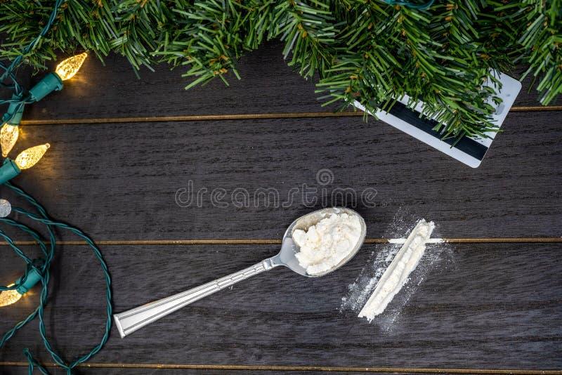 在圣诞节的药物用途在木背景的假日概念期间与信用卡切开药物 免版税图库摄影