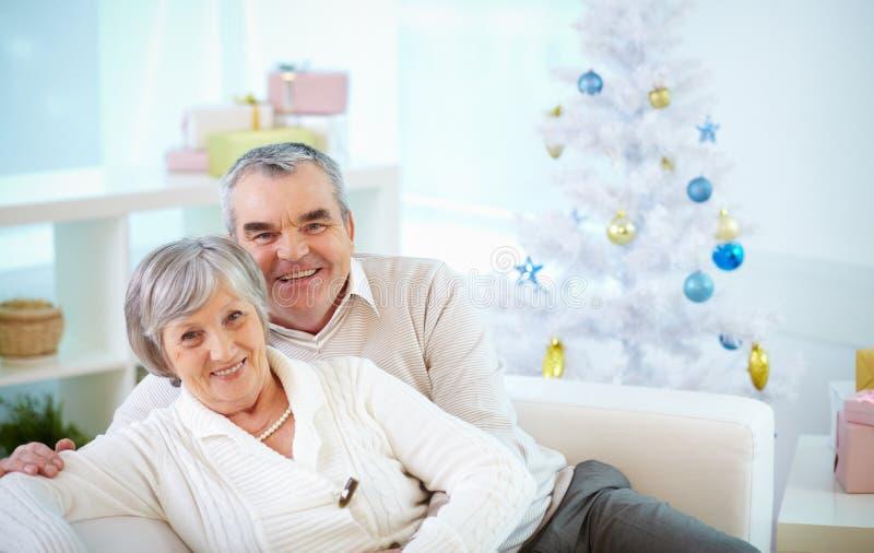 在圣诞节的资深夫妇 库存照片