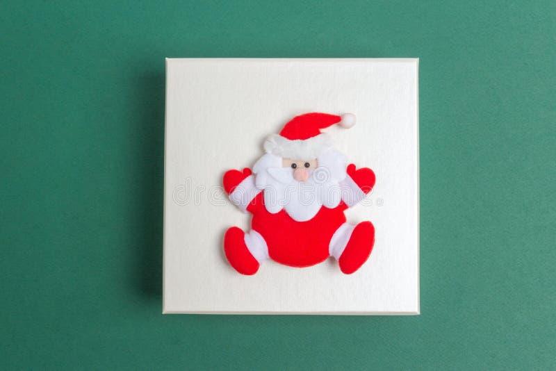 在圣诞节礼物盒的小圣诞老人项目 库存图片