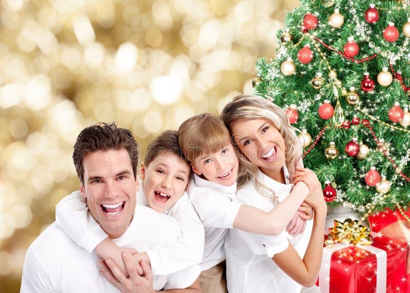 在圣诞节背景的愉快的家庭。 免版税库存照片