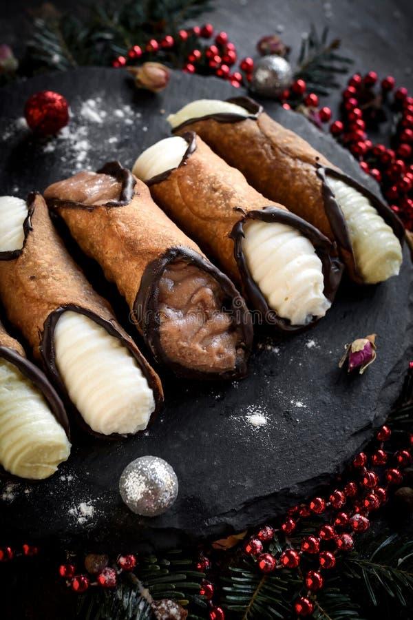 在圣诞节装饰的服务的cannoli 库存照片