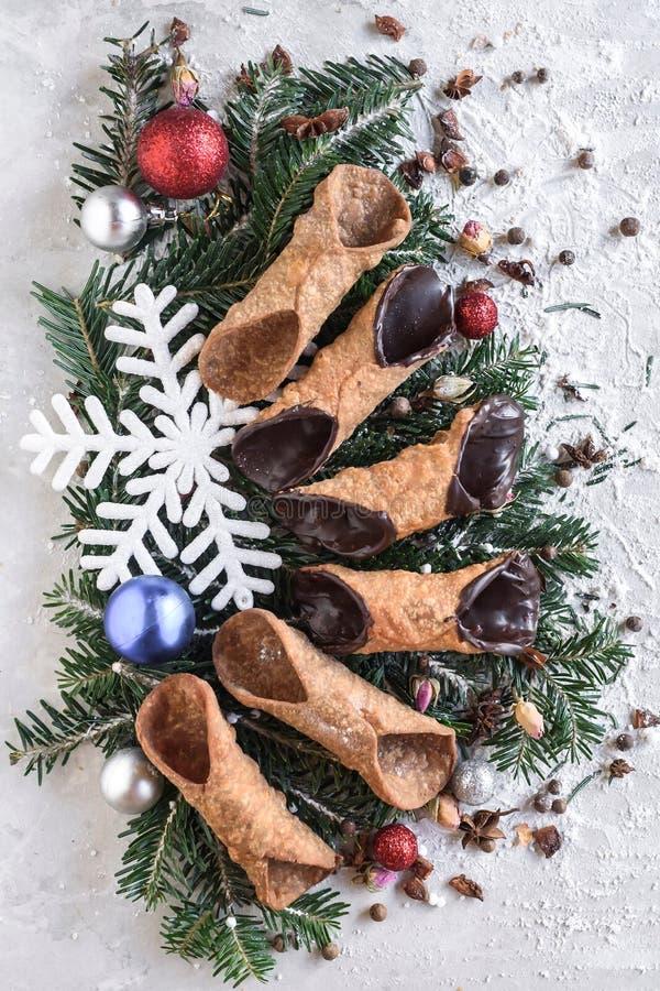 在圣诞节装饰的服务的cannoli 库存图片