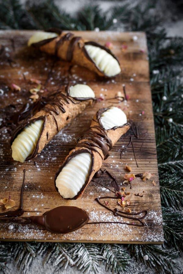 在圣诞节装饰的服务的cannoli 免版税库存图片