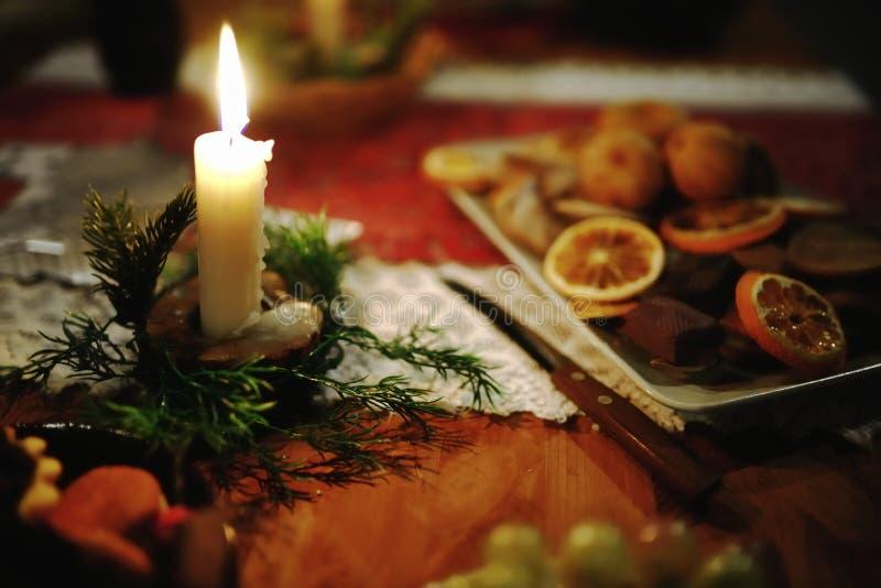 在圣诞节装饰的灼烧的蜡烛 库存照片