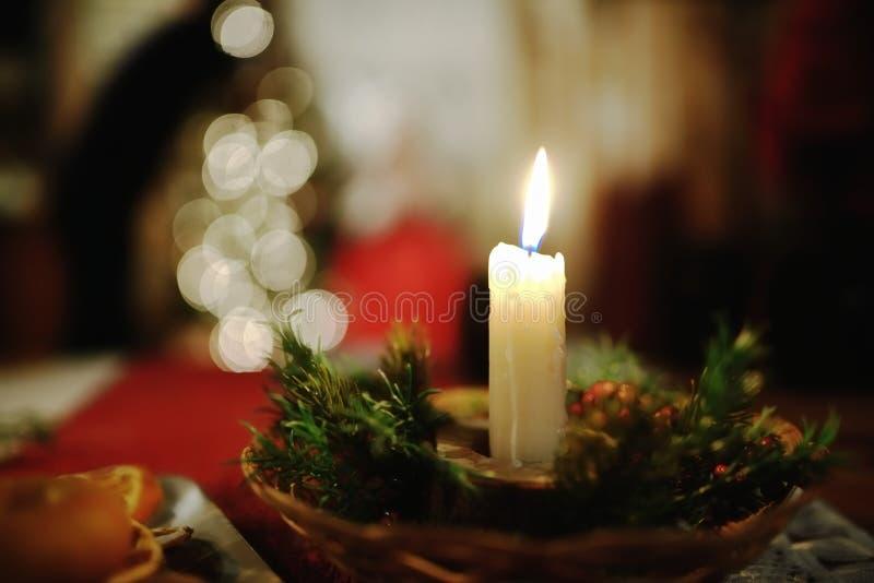 在圣诞节装饰的灼烧的蜡烛 免版税图库摄影