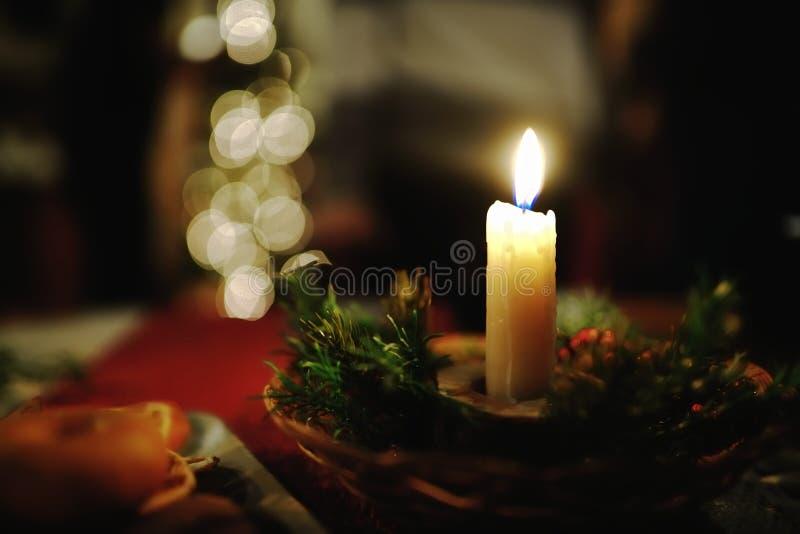 在圣诞节装饰的灼烧的蜡烛 免版税库存照片