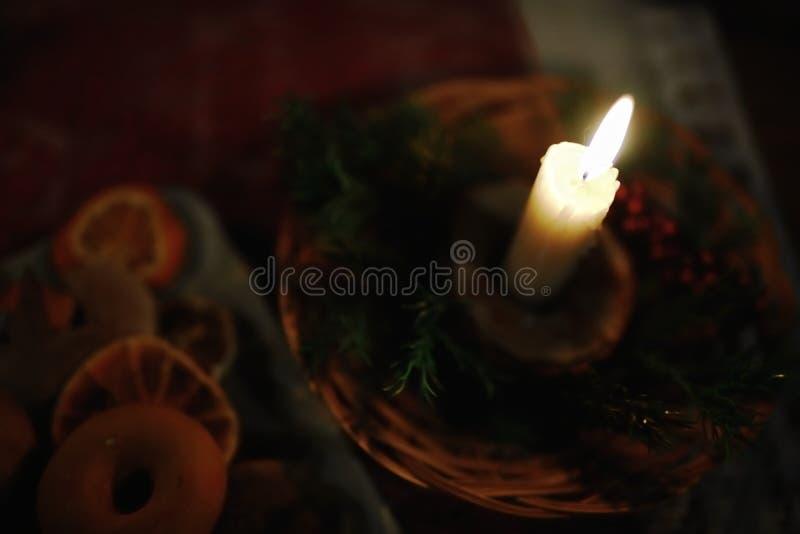 在圣诞节装饰的灼烧的蜡烛 库存图片