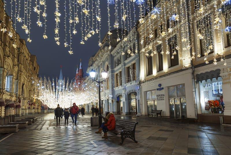 在圣诞节装饰,莫斯科的Nikolskaya街道 免版税库存图片