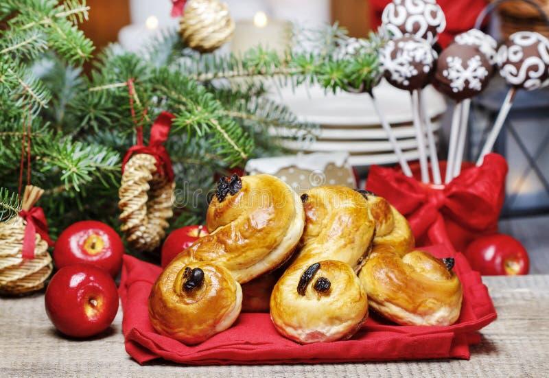 在圣诞节设置的传统瑞典小圆面包 番红花小圆面包, 免版税库存照片