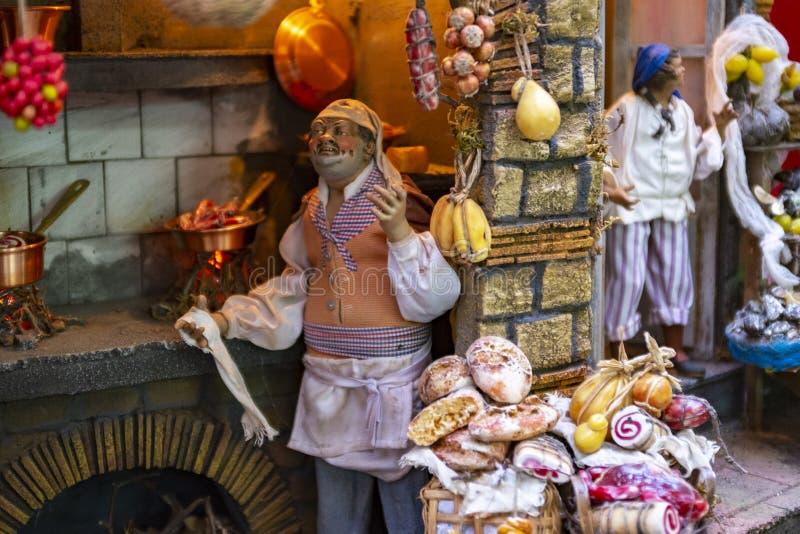 在圣诞节诞生场面,那不勒斯的Presepe的细节的老食品店 库存图片
