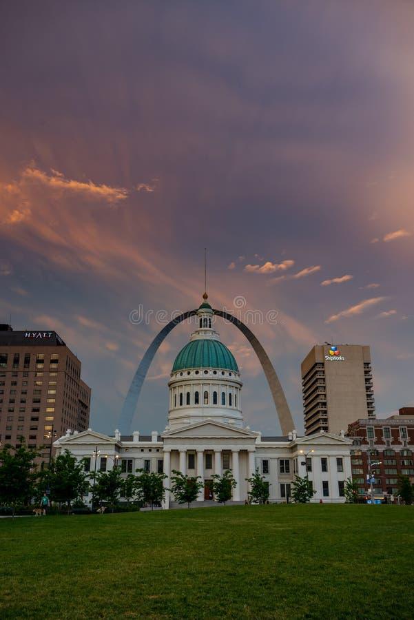在圣路易斯的日落秋天 免版税库存照片