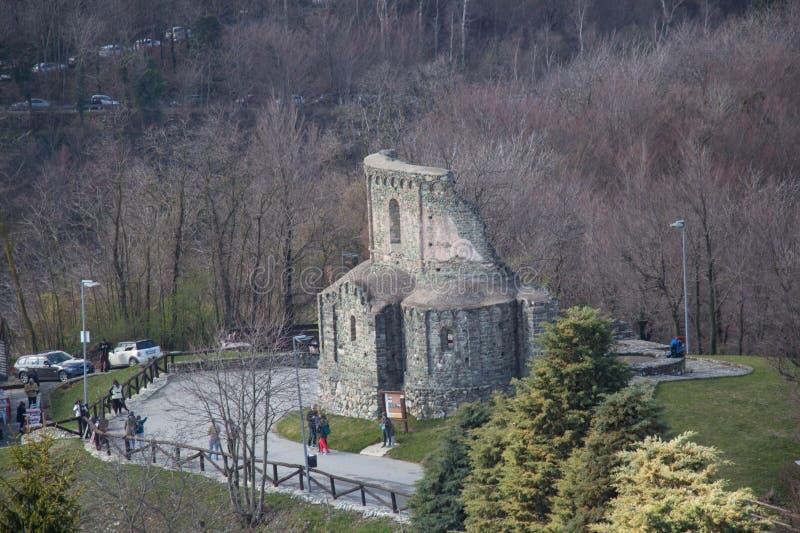 在圣迈克尔` s修道院前面的圣Sepolcro废墟登上的Pirchiriano Piedmonte 意大利 免版税库存照片