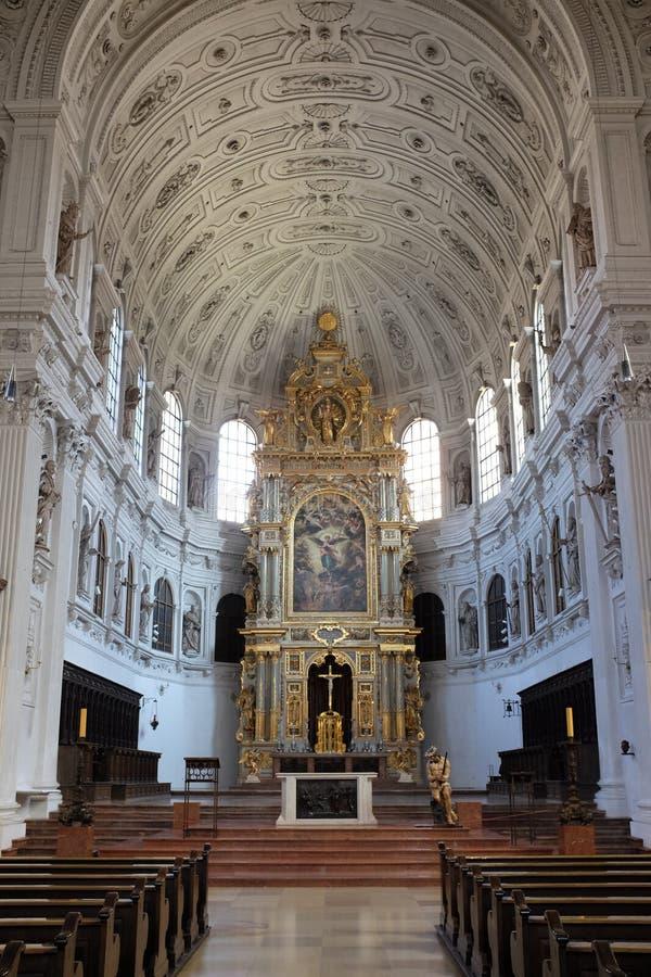 在圣迈克尔` s教会,慕尼黑,巴伐利亚里面的祭坛 库存图片