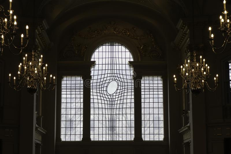 在圣马丁奇怪地塑造了污迹玻璃窗在领域教会里在伦敦 免版税库存照片