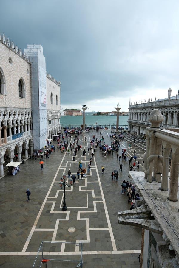 在圣马克的广场和共和国总督的宫殿的看法从圣马克的大教堂在威尼斯,意大利 库存图片