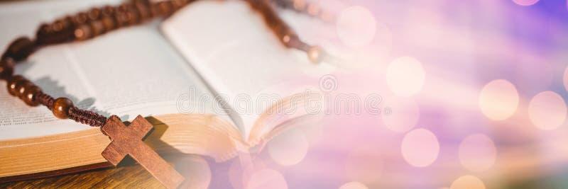 在圣经和紫色bokeh转折的念珠 库存照片