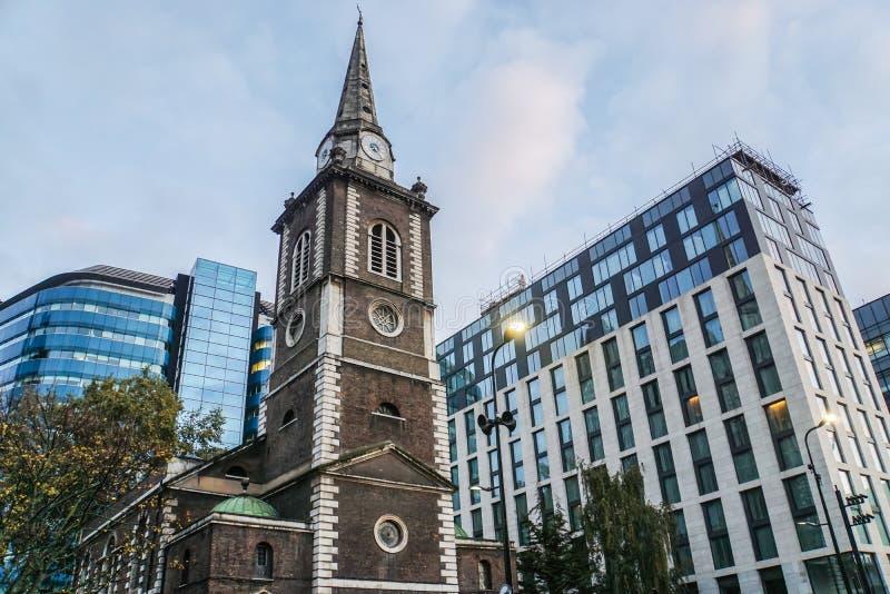 在圣Botolph Aldgate教会的时钟  库存图片