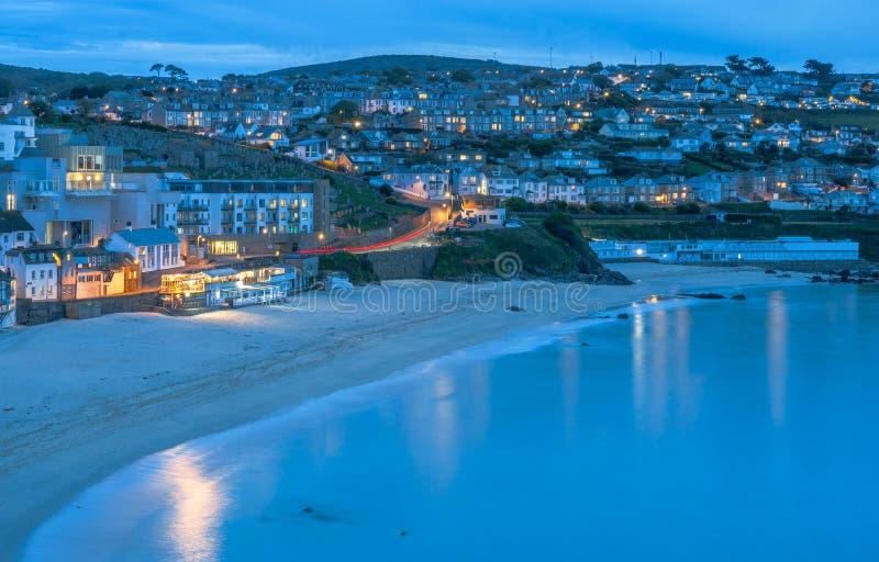 在圣Ives美丽的海滨城镇的微明在康沃尔郡,英国 免版税库存照片