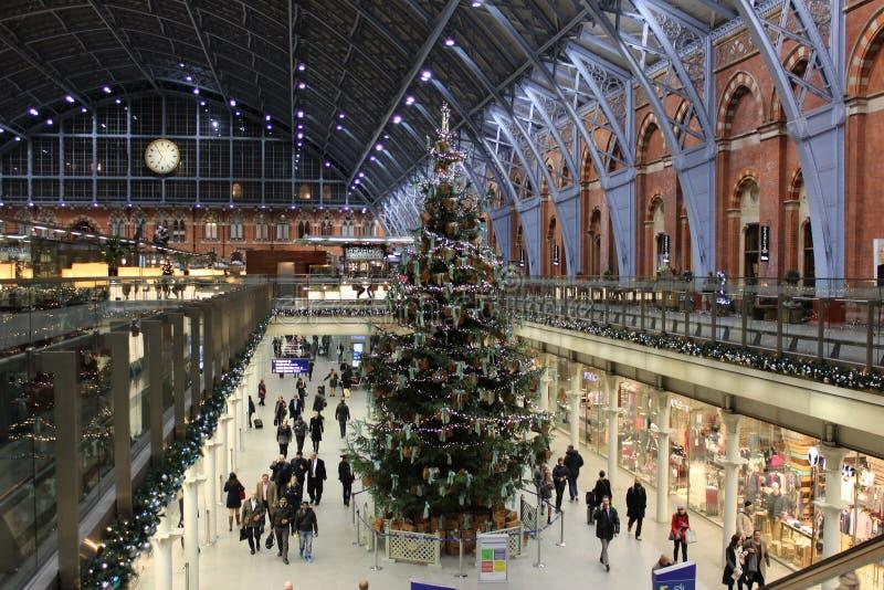 在圣Pancras驻地,伦敦的圣诞树 免版税库存图片