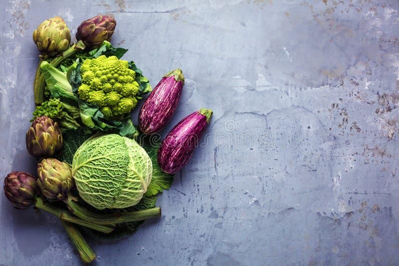 在在灰色厨房工作台面的边界附近被安排的新鲜蔬菜的顶视图 免版税库存照片