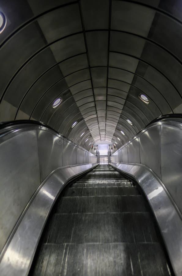 在地下伦敦的空的自动扶梯 图库摄影