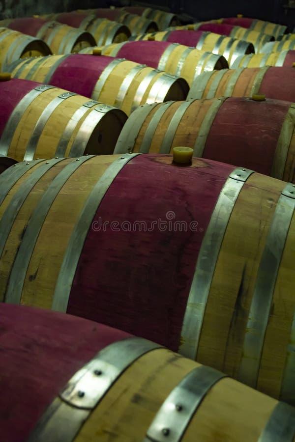 在地下室的木葡萄酒桶 库存照片