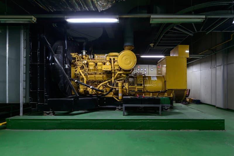 在地下室的柴油发动机驱动的发电器 图库摄影