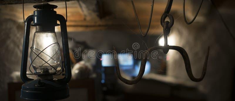 在地下室的灯 免版税库存照片