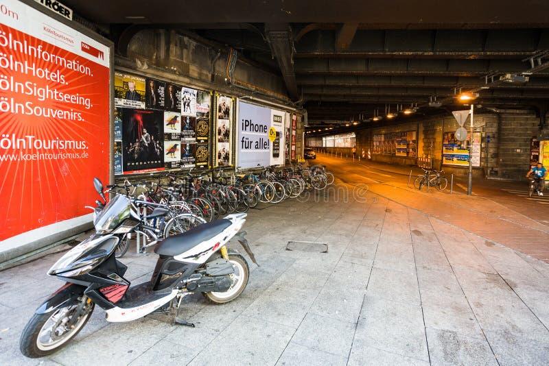 在地下横穿的自行车在科隆 库存照片