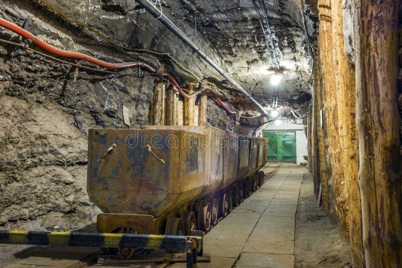 在地下隧道的工业金属无盖货车 免版税库存图片