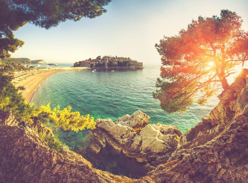 在地中海和Sveti日落的斯蒂芬的全景 黑山 图库摄影