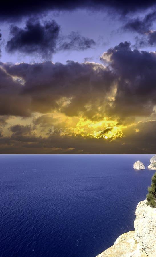 在地中海在风暴前- Formentor,马略卡的剧烈的日出 库存照片