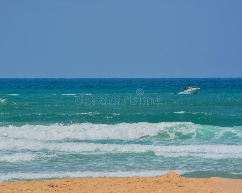 在地中海的一条小船在亚实基伦,以色列 免版税库存照片