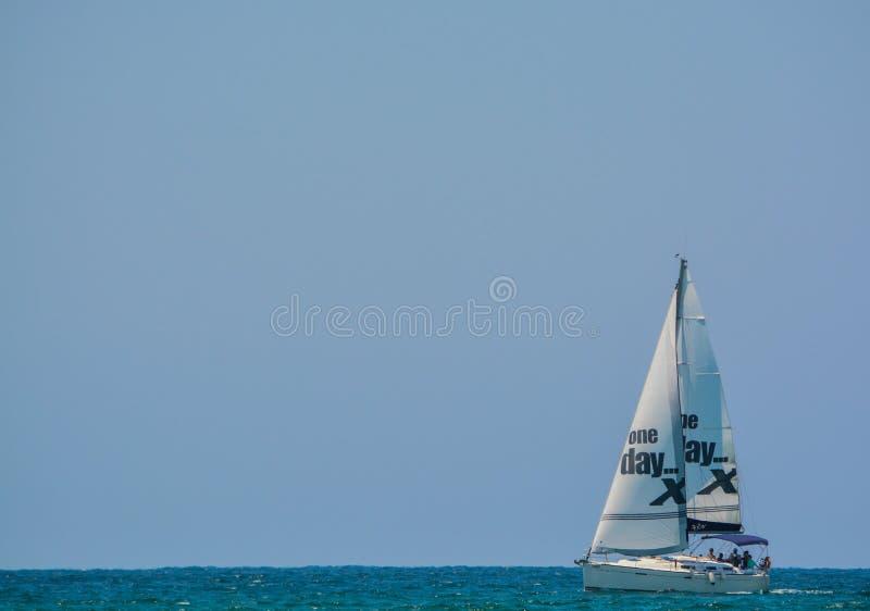 在地中海的一艘帆船在Eshkelon,以色列 免版税库存照片